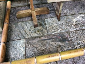 三峯神社:本社左の龍神様。 辰の年、お正月に現れたそうです。
